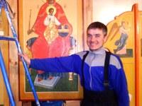 Александр Бурбуль –Саша собрал для нас Тихвинский и Никольский иконостасы. Сам подобрал отделочные материалы и изготовил кресты в византийском стиле