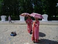 Веселые старушки –Перед входом в Кремль две тетушки веселили народ и собирали себе на хлеб