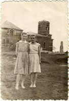 """""""1957 год. Рая и Лида"""" –Подпись на фотографии"""