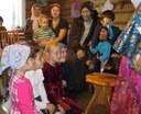 Дети смотрят на Петрушку